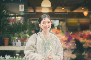 店の前に立っている女性の写真・画像素材[3085568]