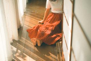 部屋に立っている少女の写真・画像素材[3102370]