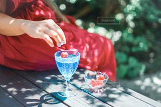 テーブルに座っている女性の写真・画像素材[3102380]