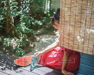 ベンチに座っている人の写真・画像素材[3102381]