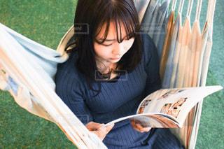 椅子に座っている女性の写真・画像素材[3102384]