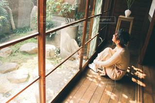 窓の前に立っている人の写真・画像素材[3102390]