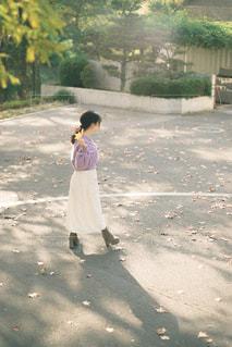 通りを歩いている小さな女の子の写真・画像素材[3104223]