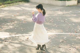 凧を飛ばす小さな女の子の写真・画像素材[3104222]