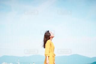 山の前に立っている人の写真・画像素材[3104232]