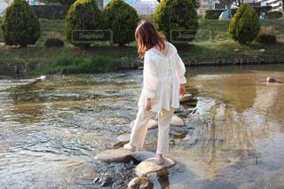 水の体の隣に立っている人の写真・画像素材[3104236]