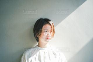 白いシャツを着ている人の写真・画像素材[3104286]