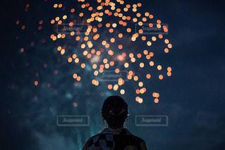 暗闇の中に立っている人の写真・画像素材[3107881]