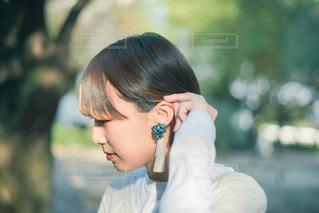 携帯電話で話している少女の写真・画像素材[3124956]