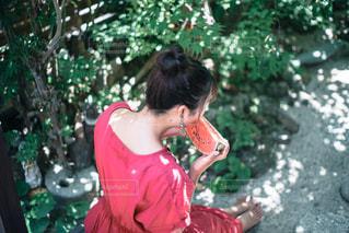 赤いドレスを着た少年の写真・画像素材[3141893]