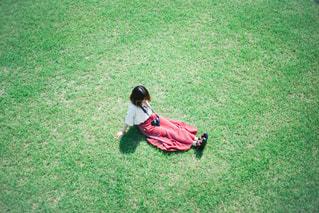 フィールドでフットボールボールを持っている少年の写真・画像素材[3141903]