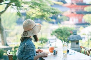 テーブルに座っている人の写真・画像素材[3142014]
