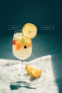 テーブルの上にオレンジジュースを1杯入れの写真・画像素材[3147816]