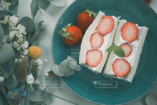 皿の上の食べ物の写真・画像素材[3147829]
