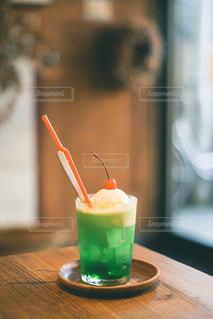 テーブルの上にオレンジジュースを1杯入れの写真・画像素材[3147840]