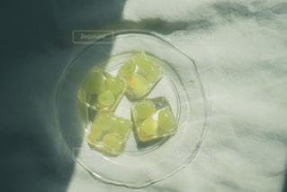 テーブルの上に水を1杯入れの写真・画像素材[3164186]