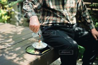 ベンチの後ろに乗っているの写真・画像素材[3170767]