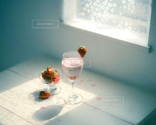 テーブルの上にワインを一杯入れますの写真・画像素材[3170966]