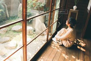 窓の前に立っている人の写真・画像素材[3170988]