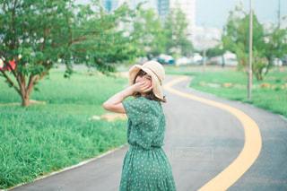 庭の女の子の写真・画像素材[3189971]