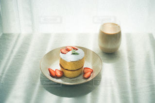 テーブルの上にコーヒーを一杯入れるの写真・画像素材[3195803]
