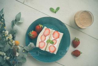 皿の上に果物のボウルの写真・画像素材[3195813]
