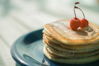 皿の上のケーキの写真・画像素材[3195821]