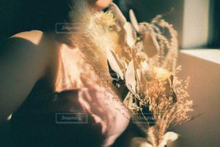テーブルの上に花の花瓶の写真・画像素材[3201818]