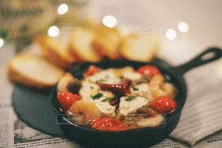 食べ物の皿をテーブルの上に置くの写真・画像素材[3206536]