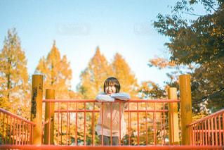 フェンスの前に立つ人々のグループの写真・画像素材[3240672]
