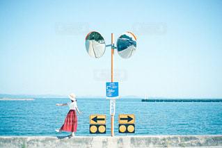 水の体の隣に立っている人の写真・画像素材[3240682]
