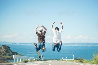 空中に飛び込む人々のグループの写真・画像素材[3240683]
