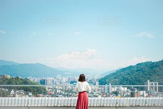 山の前に立っている人の写真・画像素材[3240696]