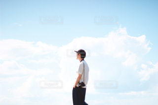 空を飛んでいる男の写真・画像素材[3240716]