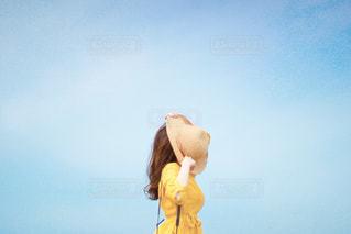 青い空の女性の写真・画像素材[3240715]