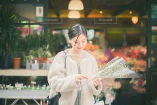 店の前に立っている女性の写真・画像素材[3249113]