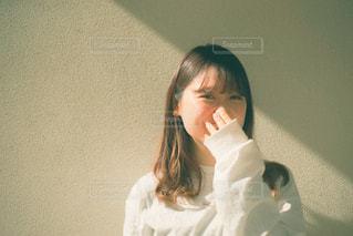 白いシャツを着た女性の写真・画像素材[3249120]