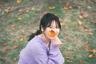 草の中に立っている小さな女の子の写真・画像素材[3249129]
