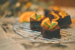 テーブルの上のケーキの片をクローズアップするの写真・画像素材[3253059]