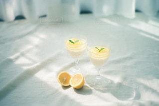 オレンジジュースのグラスの写真・画像素材[3253057]