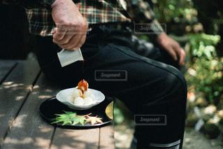 テーブルの上に座っている男の写真・画像素材[3253064]