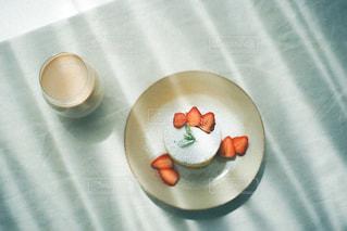 皿の上のコーヒーカップのクローズアップの写真・画像素材[3253075]