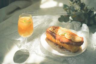 テーブルの上にオレンジジュースを1杯入れの写真・画像素材[3253081]