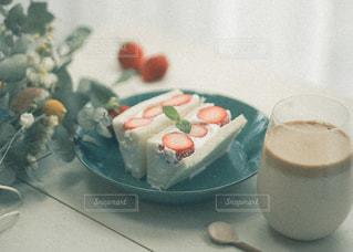 カップのように見えるように作られたケーキの写真・画像素材[3253080]