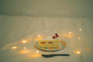食べ物の皿をテーブルの上に置くの写真・画像素材[3253091]