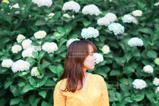 花の前に立っている女性の写真・画像素材[3375215]