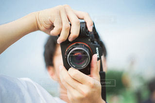 カメラを持っている人のクローズアップの写真・画像素材[3378753]