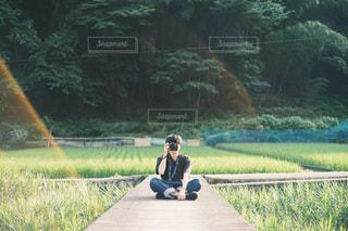 公園のベンチに座っている男の写真・画像素材[3378762]