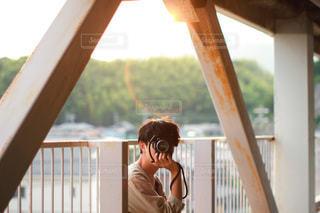 窓の前に立っている人の写真・画像素材[3378760]