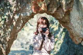 木の隣に立っている人の写真・画像素材[3378778]